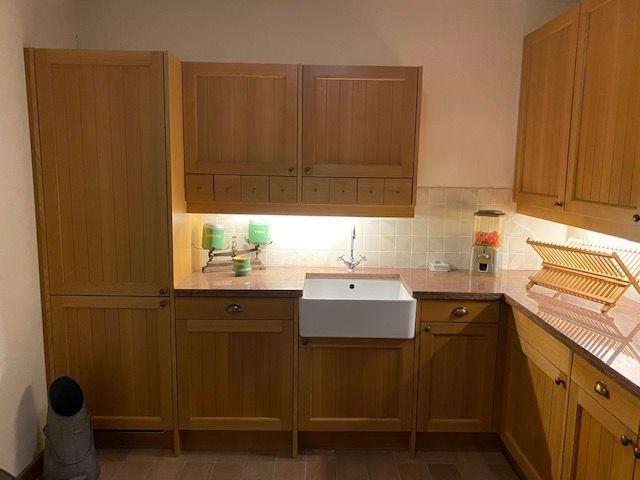 Nostalgische eiken keuken blank gelakt.
